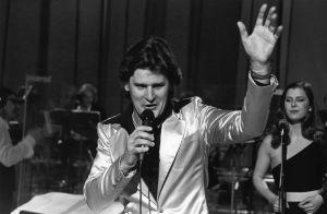 Iskelmälaulaja Frederik esiintyy EUroviisujen karsinnoissa 1981.