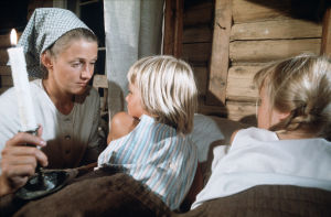 Rose-Marie Rosenback (Stormskärs Maja) med barnen i stallet