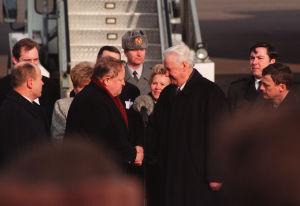 Martti Ahtisaari och Boris Jeltsin hälsar på varandra, 1997