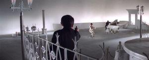 Pyssymiehet taistelevat valkoisissa lavasteissa Seijun Suzukin elokuvassa Tokion rakkikoira