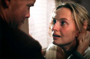 Kari Heiskanen ja Sara Paavolainen Huojuvassa talossa (1988).