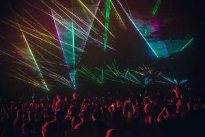 Yleisöä ja lasereita Axwell & Ingrosson Weekend Festival -keikalla.