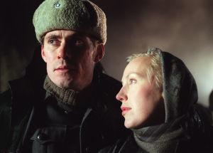 Näyttelijät Tommi Korpela ja Merja Larivaara rooliasuissa TV1:n draamaohjelmien tuottamassa ohjelmassa Kotikatsomo: Kersantin kunnia vuonna 1996