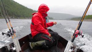 Pedar Järvensivu veneessä.