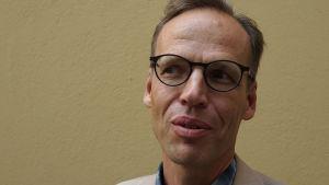 Filosofi Sami Pihlström lähikuvassa.