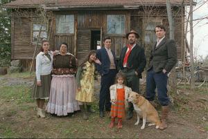 Grönlundin perhekuva Tummassa ja hehkuvassa veressä