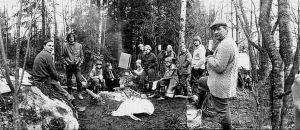 Svartvit bild på några av aktivisterna vid Koijärvi 21 april 1979, bilden från deras skogsläger.
