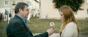Romeo (Adrian Titieni) ojentaa kukkaa Elizalle (Maria-Victoria Dragus) elokuvassa Valmistujaiset