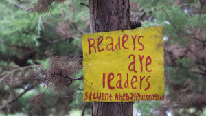 Readers are leaders -kyltti koulun pihalla