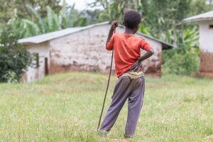 Etiopialaisen koulun pihassa seisova poika