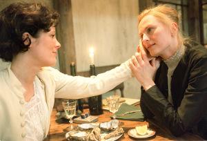 Liisa Kuoppamäki (Anna Hirsch) ja Sara Paavolainen (Venny Soldan) tv-draamassa Venny (2003).