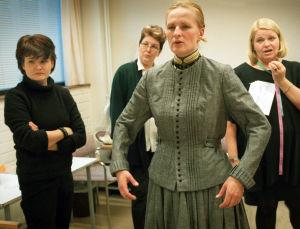 Sara Paavolaisen roolipukua arvioivat puvustaja Pirjo Valkeapää, ompelimon hoitaja Seija Aronen ja pukusuunnittelija Leila Jäntti (2002).