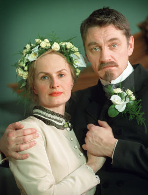 Sara Paavolainen (Venny Soldan) ja Ville Virtanen (Juhani Aho) tv-draamassa Venny (2003).