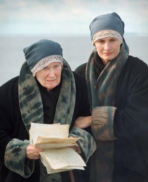 Ritva Ahonen (Venny Soldan vanhana) ja Sara Paavolainen (nuori Venny) tv-draamassa Venny (2003).