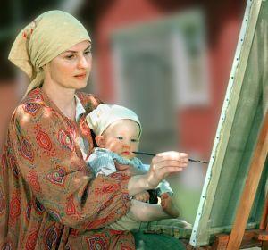 Sara Paavolainen ja Heikki-vauva (Eero Rewell) tv-draamassa Venny (2003).