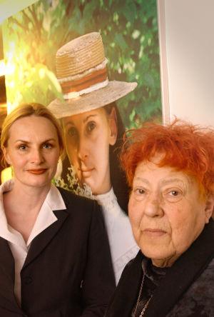 Sara Paavolainen ja Claire Aho näyttelym avajaisissa (2002).