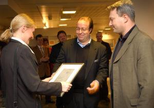 Jussi Brofeldt ja Jaakko Rewell ojentavat Sara Paavolaiselle Venny Soldanin teoksen (2002).