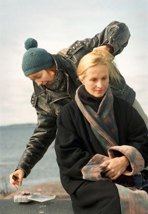 Maskeeraaja Jaana Mertama ja Sara Paavolainen (Venny Soldan).