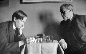 Heikki ja Juhani Aho pelaavat shakkia (1920).