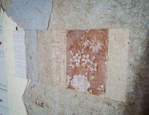 Useampi vierekkäinen palanen erilaisia tapetteja seinällä.