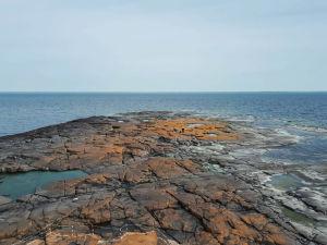 Kallioluoto meressä. Horisontti.