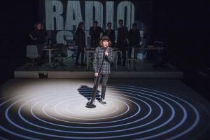 Ylermi Rajamaan näyttelemä DJ Mysli puhuu mikrofoniin näyttämön keskellä.