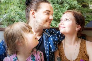 Heikki ja Anna Huurinainen katsovat toisiaan silmiin, Laila-tyttö seuraa vierestään vanhempiaan.