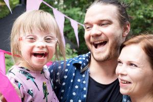 Laila, Heikki ja Anna Huurinainen nauravat yhdessä.