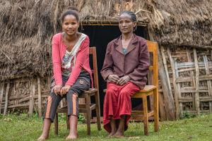 Etiopialainen tyttö äitinsä kanssa