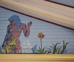 Eeva kuvattuna kirkon kattoon, peittona saunavihta, lehtiä