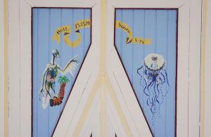 Kaksi eläintä maalattuna kirkon kattoon, lintua muistuttava eläin, ameeba