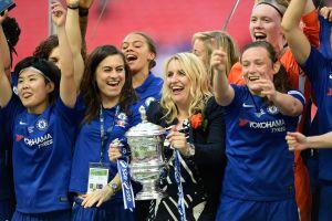 Fotbollstränaren Emma Hayes och Chelsea FC firar cupvinsten 2018