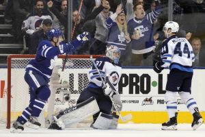 Toronto Maple Leafs gör mål mot Winnipeg.