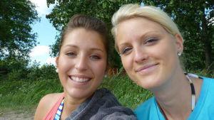 Teresa ja Heidi hymyilevät iloisina