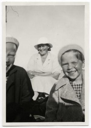 Koulutyttö Meri Louhos kesäisellä souturetkellä perheensä kanssa.