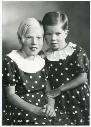 Meri Louhos siskonsa Ritvan kanssa ateljee-kuvassa.