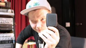 Niki Rasmus pitelee mikrofonia.