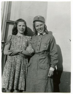 14-vuotias sotilaskotisisar Meri Louhos siskonsa Ritvan kanssa.