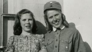 Teinityttö, 14-vuotias Meri Louhos sotilaskotisisaren asussa vierellään pikkusisko Ritva.