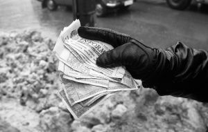 Tidningspapper som valutaväxlaren bytt ut sedlar till.