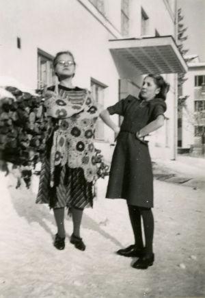 Merin laatimassa esityksessä mukana oli myös musiikkikirjailija Pekka Hakon äiti, tuolloin Airi Kettunen (oikealla).