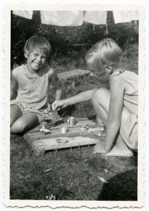 Merin ja Ritvan leikkihetki kesäiset kahvikekkerit.