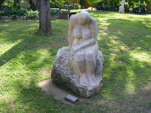 """En staty av en naken kvinna med titeln """"Menopaus"""" i kibbutz Hagoshrims trädgård i Israel."""