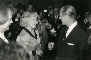 Prinssi Philip jututtaa juhlakonsertin juontajaa Meri Louhosta Finlandia-talon lämpiössä konsertin jälkeen 1985.