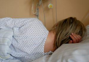 Puolalainen nainen sairaalasängyssä saksalaisella aborttiklinikalla Prezlaussa