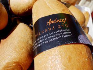 Leipä, jossa paperikääreessä teksti: Andrzej, juutalainen leipuri.