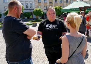 Adam Switlik jakaa vähemmistöjen leipomaa leipää ohikulkijoille Namyslowissa