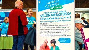Nettiä ikä kaikki -kampanjan kierjatokiertue Espoon Sellon kirjastossa. Juliste ja osallistujia.