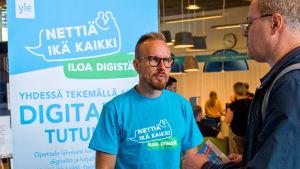 Nettiä ikä kaikki -kampanjan kirjastokiertueella Espoossa. Kuvassa kampanjan toinen Yle-kärkihahmo, toimittaja Mikko Kekäläinen.