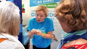 Nettiä ikä kaikki -kampanjan kirjastokiertueella Joensuussa: Kulttuuritoimittaja Minna Joenniemi opastaa kävijöitä.